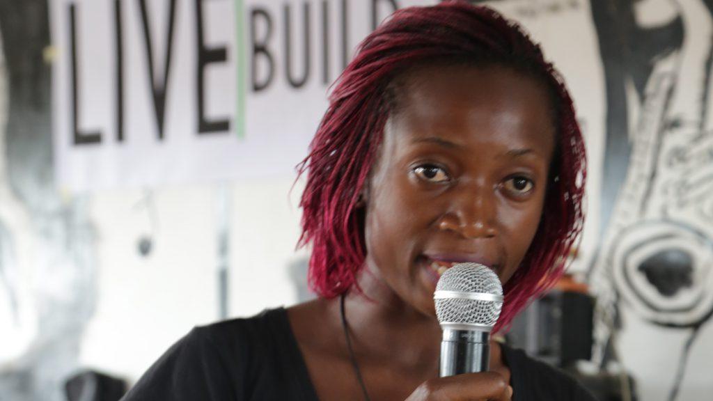 Emilia tijdens de LiveBuild Day in Kameroen